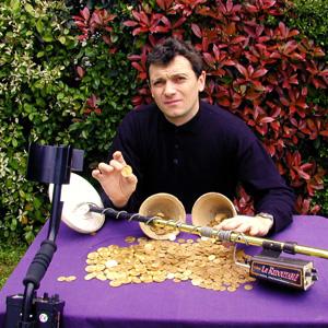 Tresor de pieces de monnaie en or trouvé par Alain Cloarec avec son detecteur de metaux Tesoro redoutable