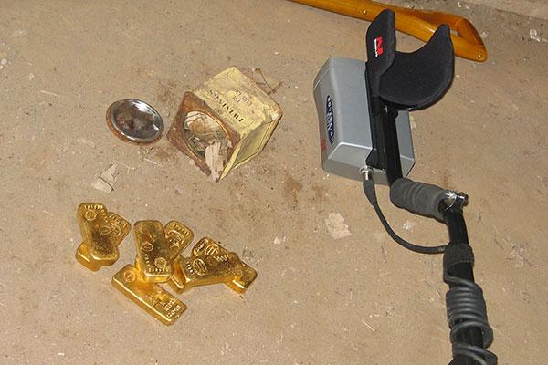 trésor familial de 8 lingots d'or trouvé avec un detecteur de metaux sovereign