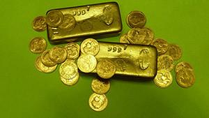 tresor de famille pieces et lingots en or sur fond vert